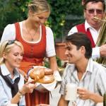 Paar genießt Kulinarik beim Herbstfest im Lungau