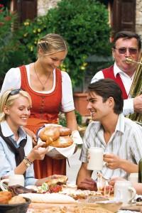 Paar genießt Bauernkrapfen beim Herbstfest im Lungau