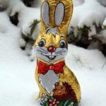 Osterhase aus Schokolade im Schnee